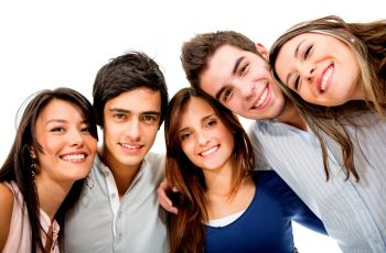 Adolescência feliz aumenta bem-estar na vida adulta